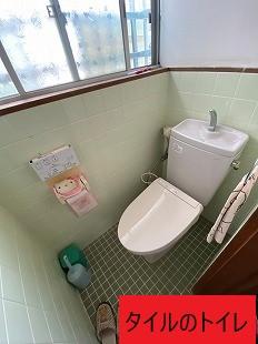 在来のタイルのトイレ